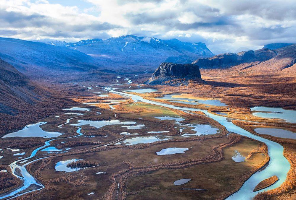 Flygbild över naturområde med vattendrag